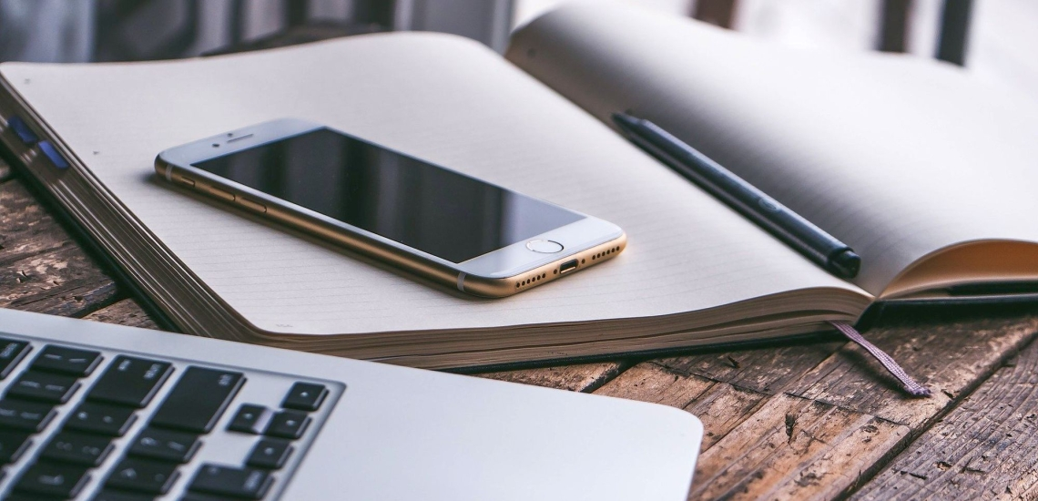 Notebook, Handy und Notizbuch