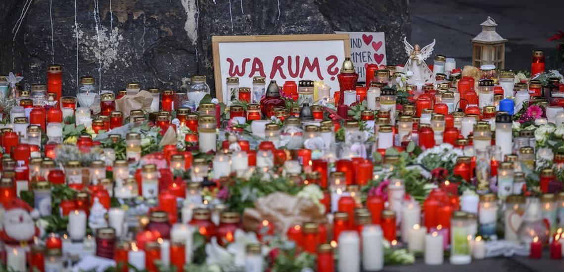 Kerzen und Blumen auf Straße