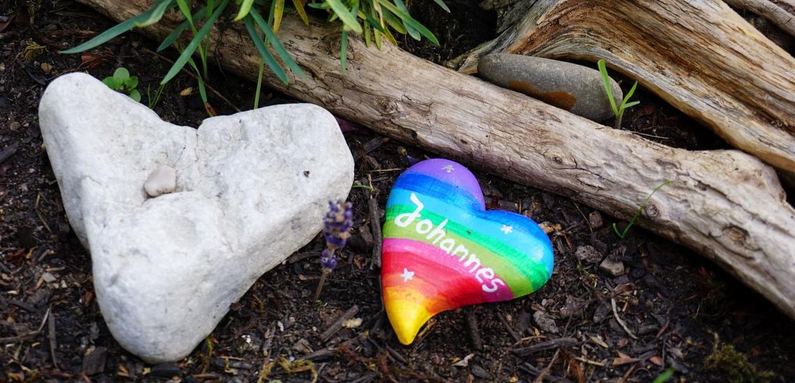 Herzen aus Stein auf Grab