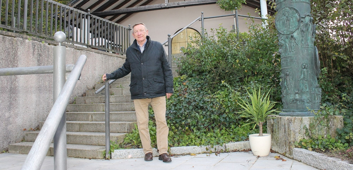 Mann an Treppe vor Kirche