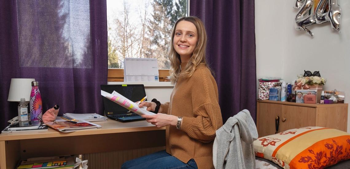 Ivana Martan in Zimmer am Schreibtisch