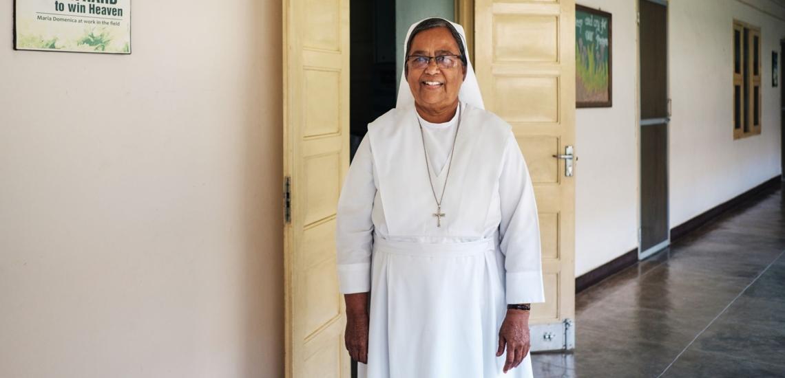 Schwester Rozy vor Tür