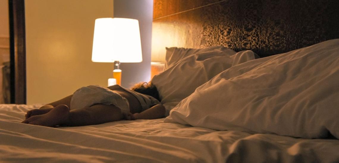 Kleinkind schläft im Elternbett