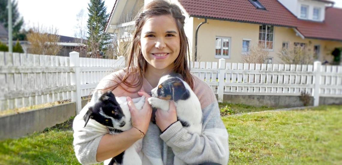 Annika Preil mit Hundewelpen