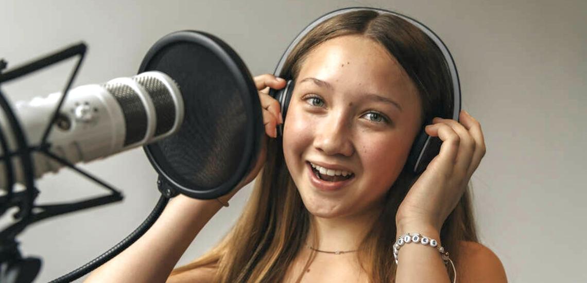 junge Frau singt vor Mikrofon