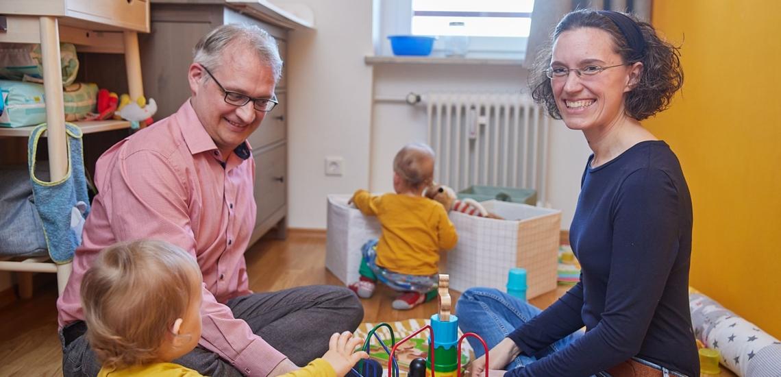 Eltern und Kinder im Kinderzimmer