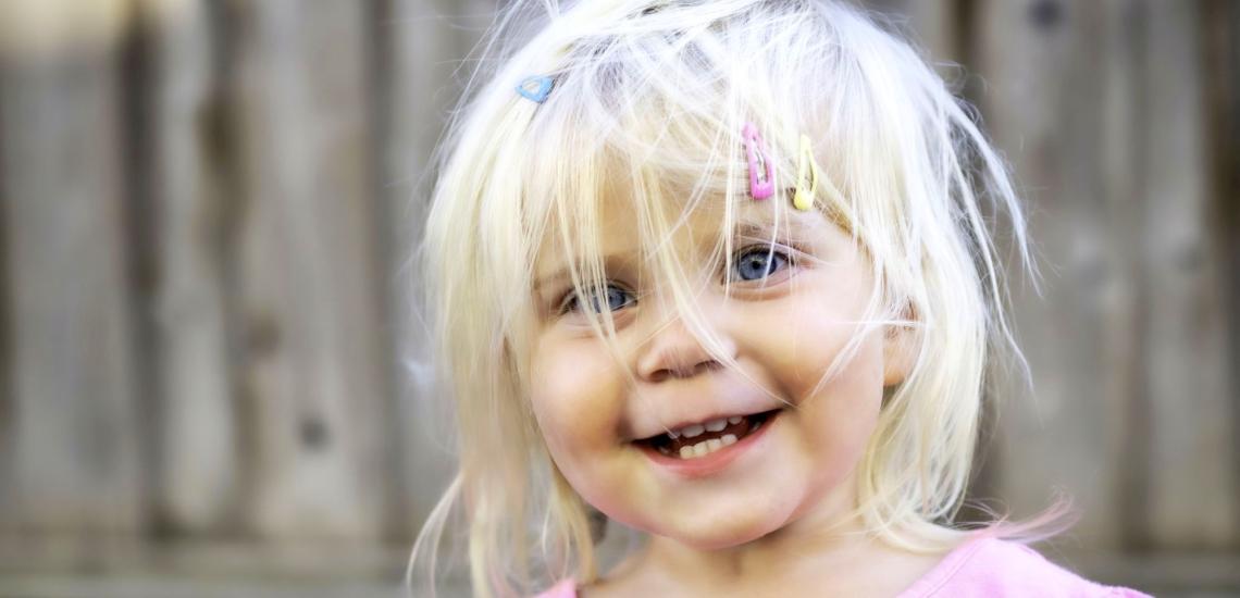 Kleines Mädchen mit zerzausten Haaren und Spängchen