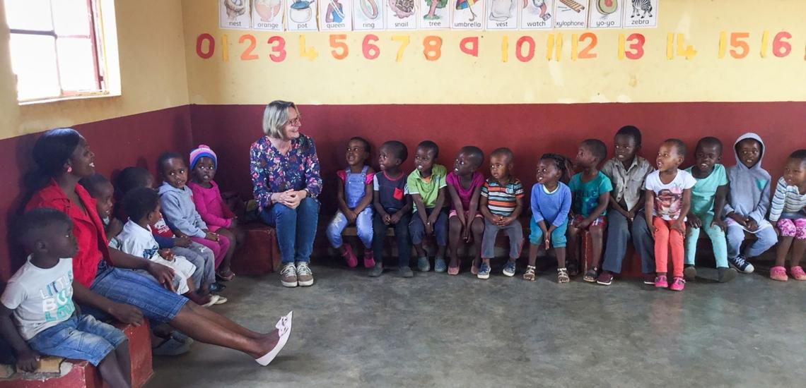 Kirsten Boie mit Kindern in Eswatini (Swasiland)