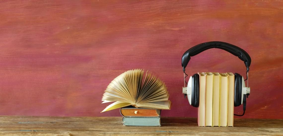 Bücher und Bücherstapel mit Kopfhörer