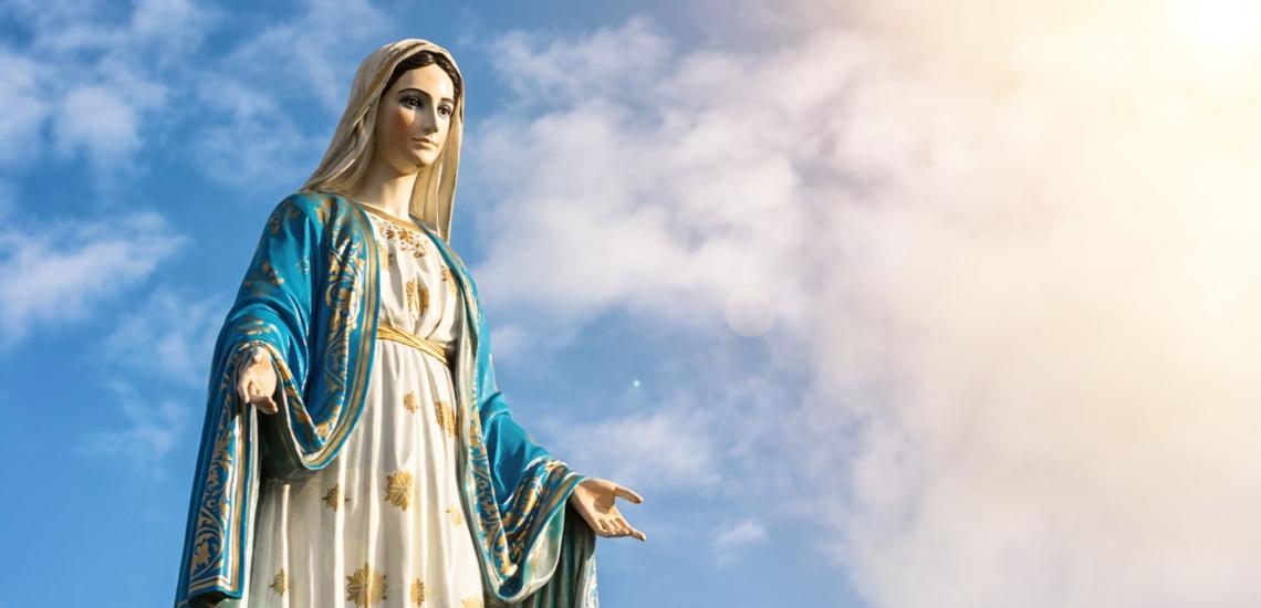 Statue der Gottesmutter Maria mit ausgebreiteten Armen und Sternengewand