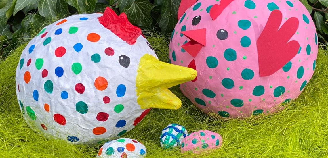 Hühner aus Pappmaschee