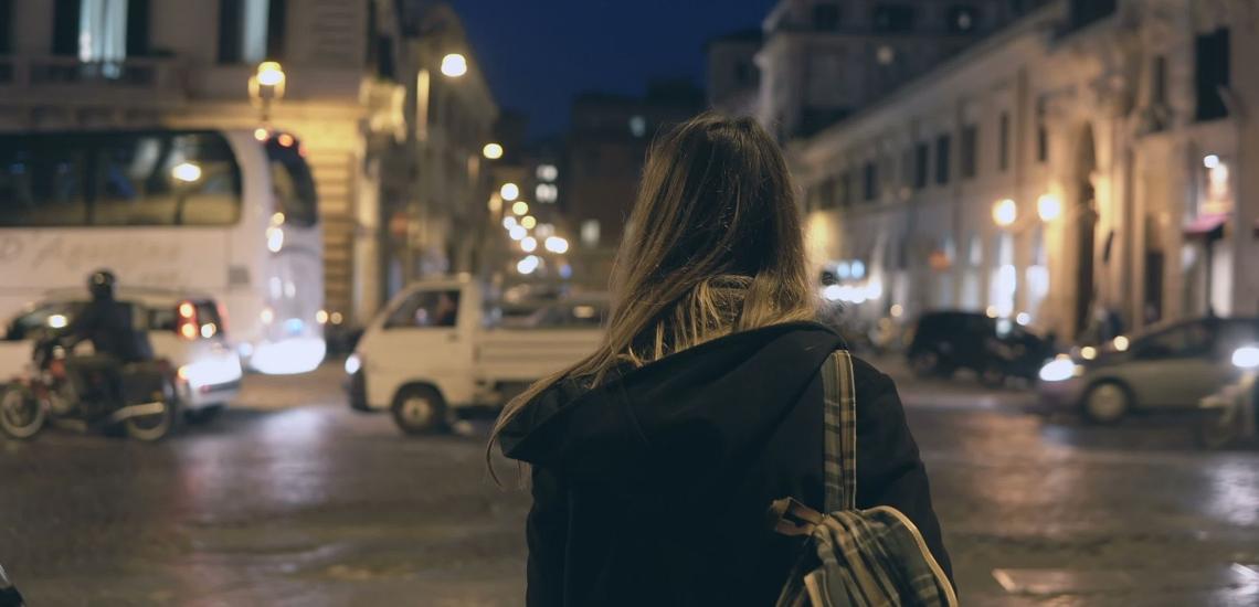 Jugendliche von hinten in der Nacht in einer Stadt