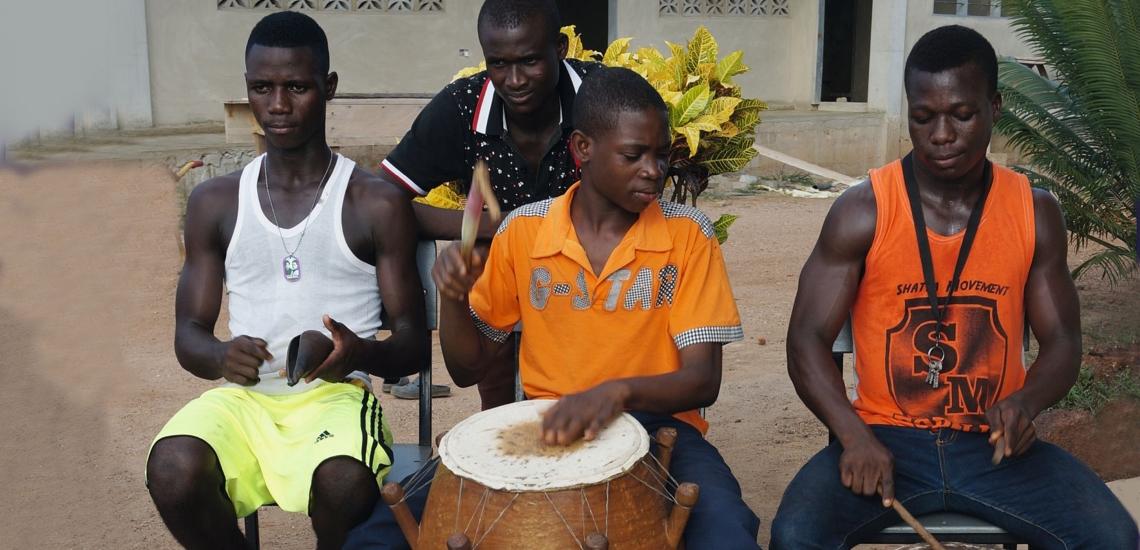 Vier Jugendliche trommeln bei Don Bosco in Ghana