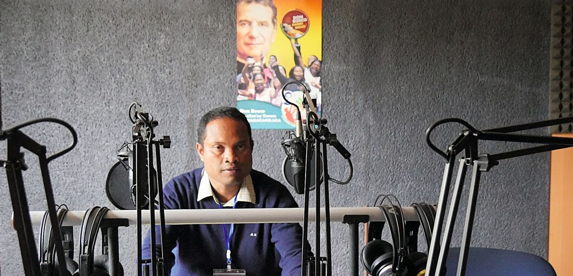 Pater Eric Franck im Studio von Radio Don Bosco auf Madagaskar
