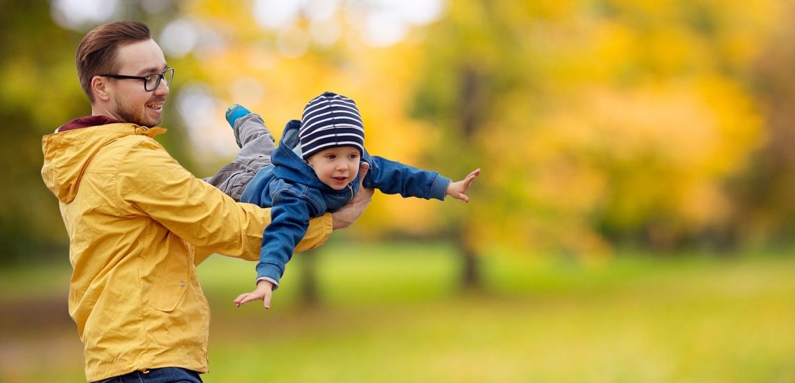 Vater lässt Kind auf Händen fliegen