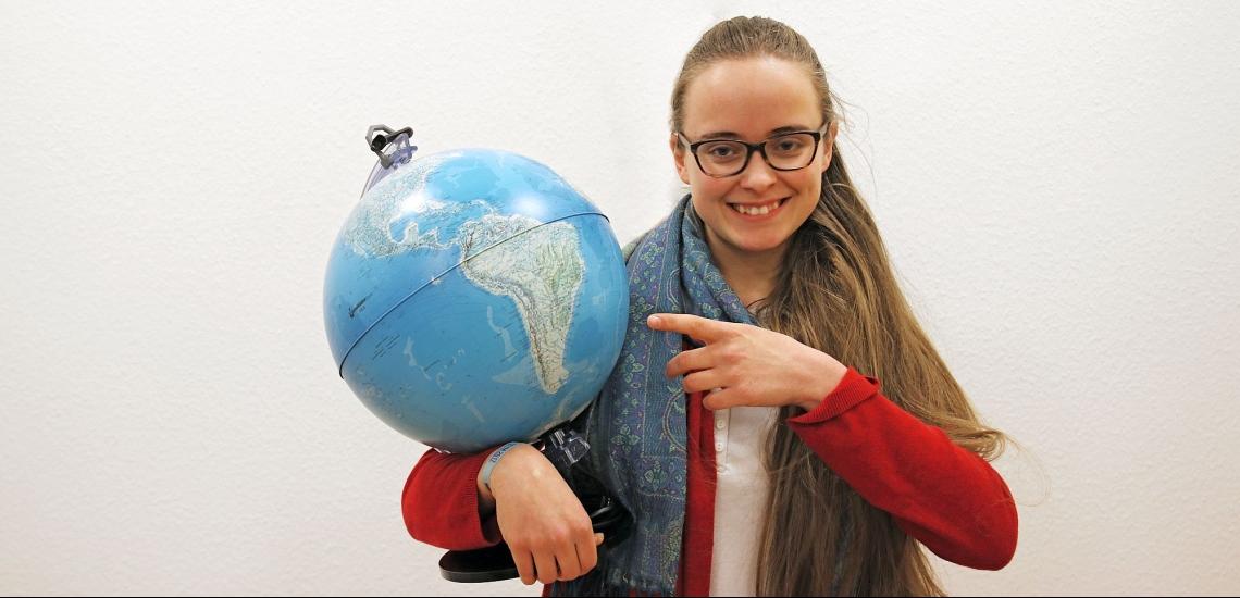 Alix Degenfeld mit Globus