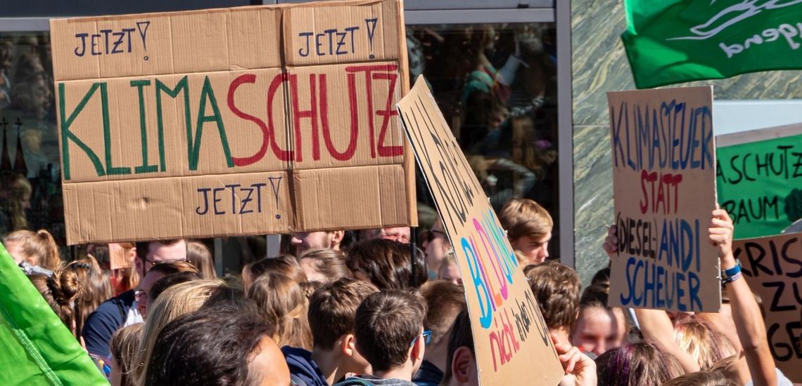 Menschen und Plakate bei Fridays for Future Demonstration