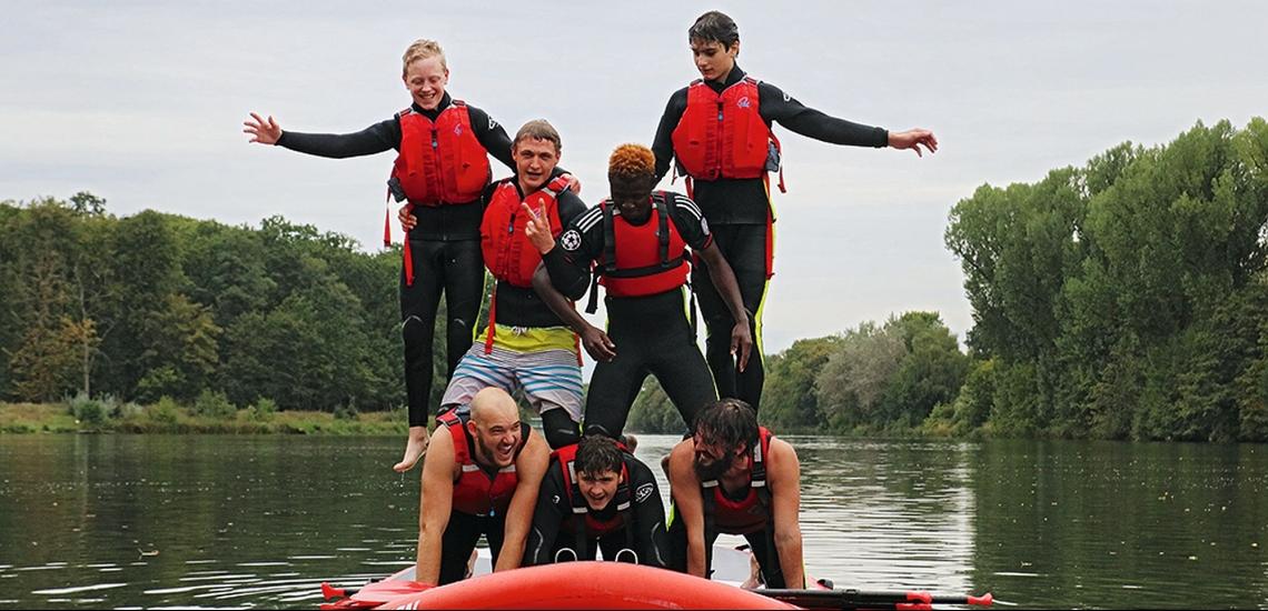 Jugendliche auf Fluss mit einem Stand-Up-Paddle