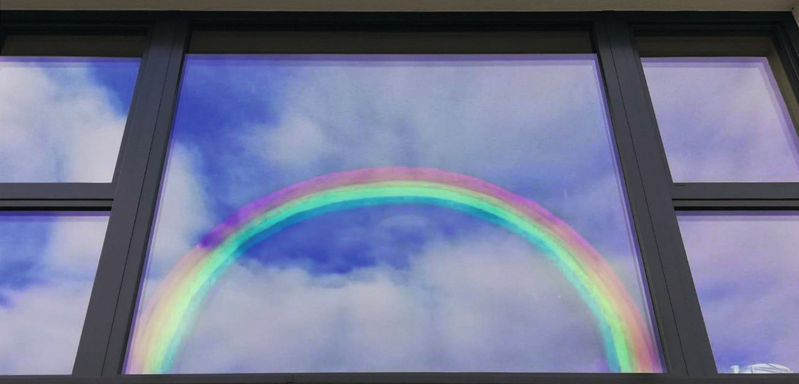Regenbogen an einem Fenster des Don Bosco Hauses in Stams