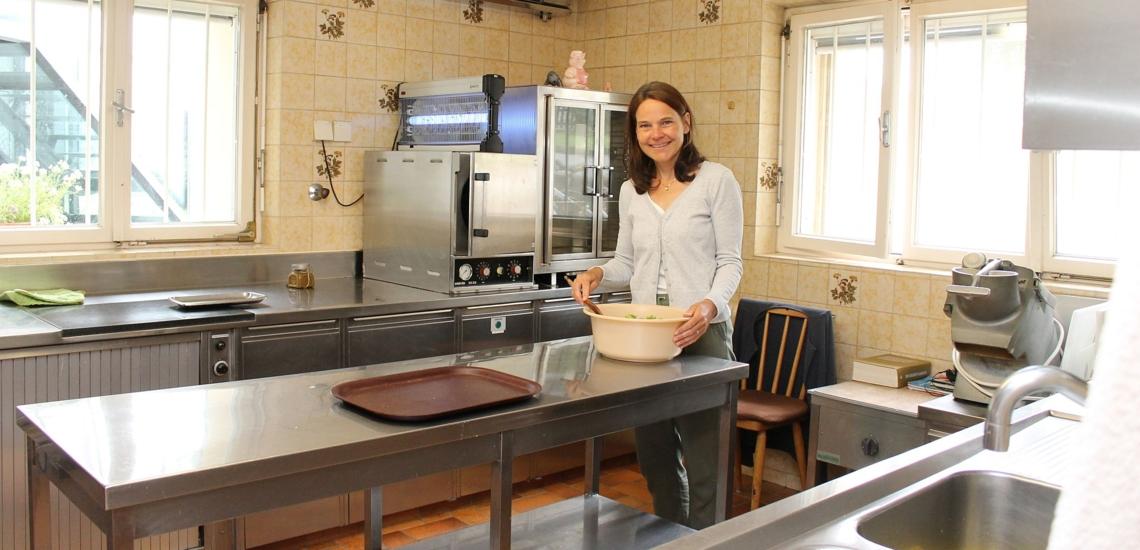 Gudrun Prachwieser in der Küche des Hauses der Don Bosco Schwestern in Stams