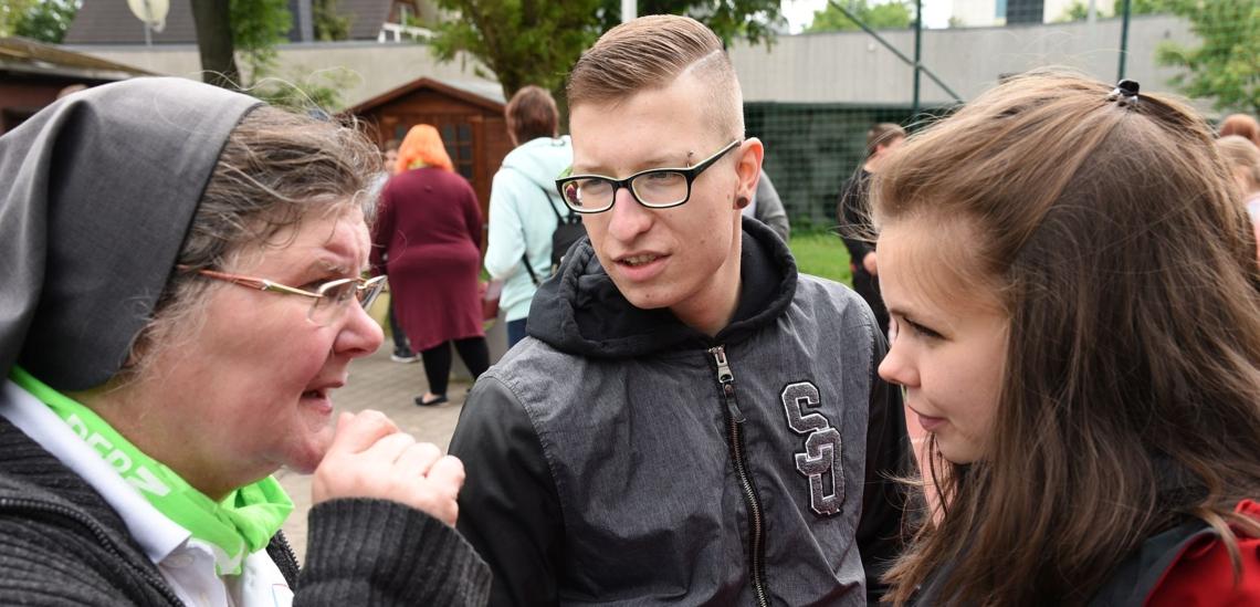 Schwester Lydia Kaps mit Jugendlichen im Don Bosco Zentrum Magdeburg