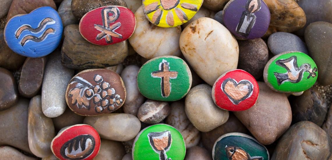 Mit christlichen Symbolen bemalte Steine