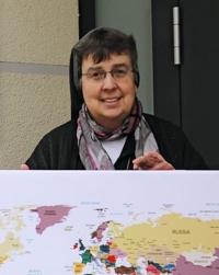 Schwester Petra Egeling vom Freiwilligendienst VIDES der Don Bosco Schwestern mit Weltkarte