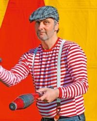 Volker Traumann vom Zirkus Giovanni jongliert