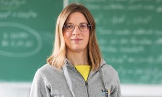 Lehrerin vor Tafel in Klassenzimmer