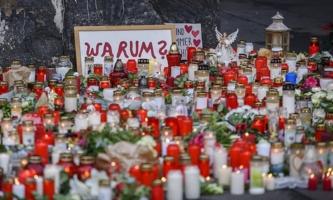 Kerzen und Blumen auf der Straße