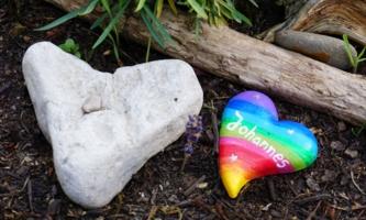 Herzen aus Stein auf einem Grab