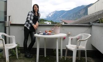 Jasmin Berg im Don Bosco Haus Stams auf einem Balkon