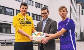 Pater Peter Rinderer mit Schülern und Torte vor Schülerheim