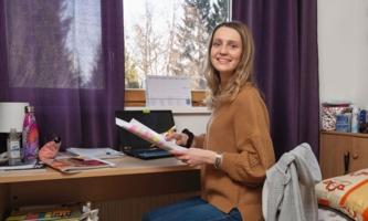Ivana Martan in ihrem Zimmer an Schreibtisch
