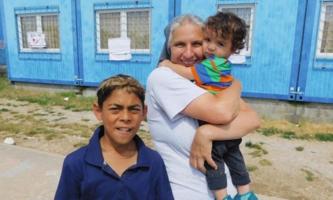 Sschwester mit zwei Kindern vor Container