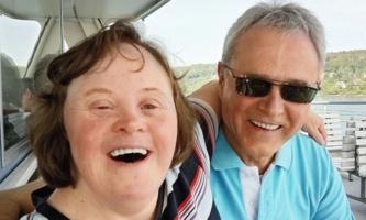 Mann und Frau lachend auf Schiff