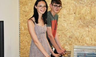 Zwei Jugendliche an Tischkicker