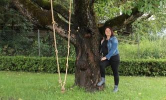 Beatrix Praxmarer im Garten