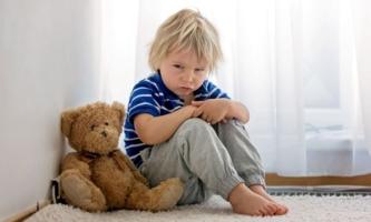 Junge sauer mit Teddy