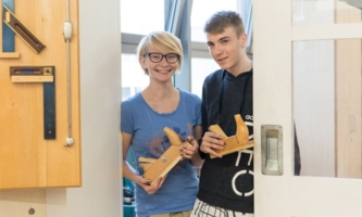 zwei junge Auszubildende in Schreinerei