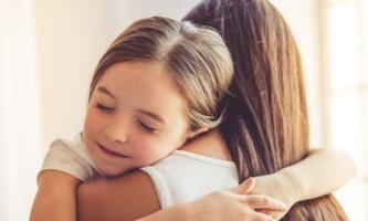 Mädchen geborgen auf Mamas Arm