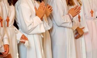 Reihe Erstkommunionkinder in Kutten
