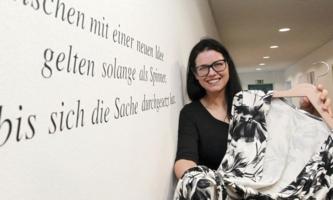 Sina Trinkwalder präsentiert Kleidungsstück