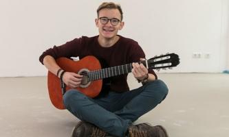Ehemaliger FSJ-ler Lukas Werner mit Gitarre