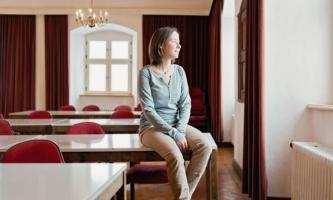 Julia Meichelböck in einem Hörsaal im Kloster Benediktbeuern