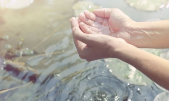 Hände mit Wasser