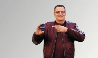 Andreas Wolf hält kleines Kreuz mit Aufschrift Danke