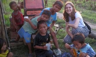 Sara Straub mit Kindern auf einem Feld