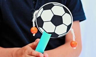 Kinderhände halten Fußballtrommel