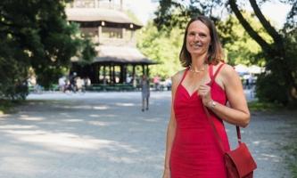 Antje Eichler vor dem Chinesischen Turm in München